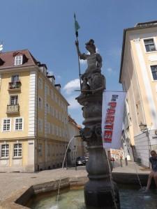 Das sächsische Wappen und die PARTEI-Fahne - sie werden sich aneinander gewöhnen müssen