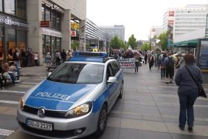 Insgesamt haben uns sechs Polizeiautos eskortiert