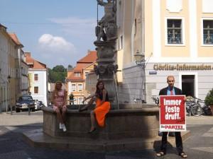 Polonierinnen posieren an der fernost-sächsischen Antwort auf den Trevi-Brunnen