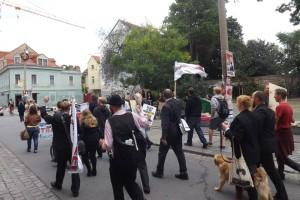 mit wehenden Fahnen den Wählern entgegen