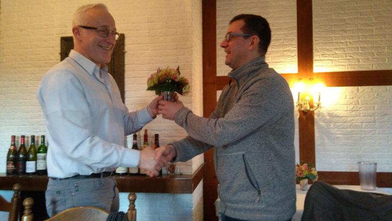 Der frischgebackene Kandidat und 1. Vorsitzende des KV WAF bekommt vom ebenso frischgebackenen 2. Vorsitzenden 1 Blume überreicht.