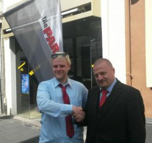 Nach der Kundgebung in Königswinter sichern sich die Vorsitzenden der KV Münster (rechts) und Bonn (links) Unterstützung zu.