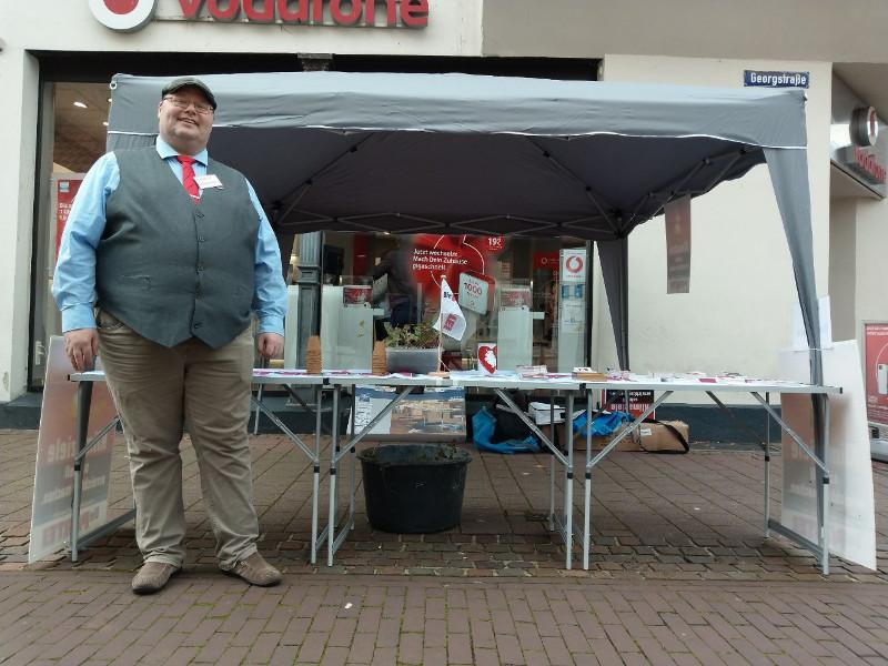 Der 1. Vorsitzender vor dem Pavillon der PARTEI Nienburg auf dem schönsten Wochenmarkt Europas.