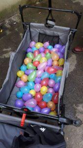 Ein grauer Anhänger, gefüllt mit Wasserbomben